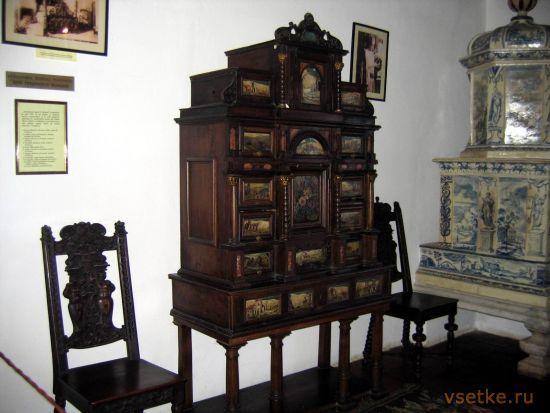 Старинные стулья и этажерка - такое увидишь только в музее