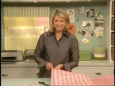 Martha Stewart shows how to make oilcloth-covered cushions with a ribbon handle for portability -- perfect for picnics and outdoor venues.