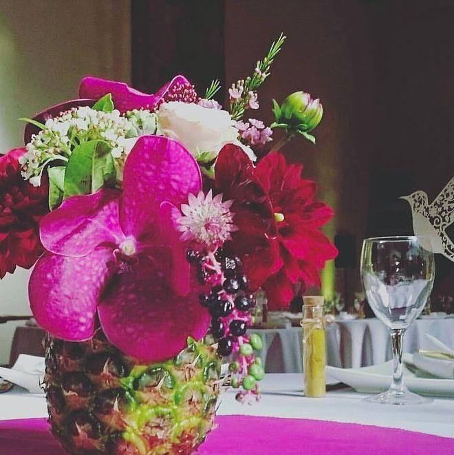 Mariage Afrikasia | La soirée - centre de table - composition florale par Drissia, et placée dans un ananas évidé !