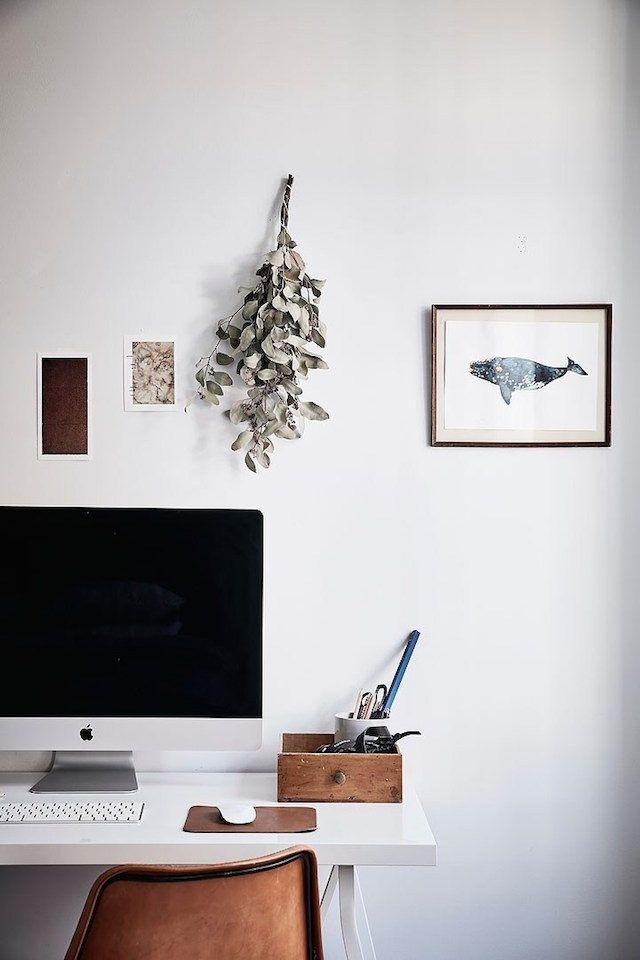Vi på Skanska Nya Hem gillar hur Emma Solveigsdotter inte bara pryder väggarna med tavlor. Genom att mixa torkade blommor med vykort och fotografier blir hemmakontoret mer levande.