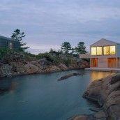 """Sur le lac Huron au Canada, l'agence MOS Architects a réalisé la """"Floating House"""", un projet étonnant et ambitieux de maison flottant à la surface de l'eau et s'adaptant à ce site en perpétuel mouvement."""