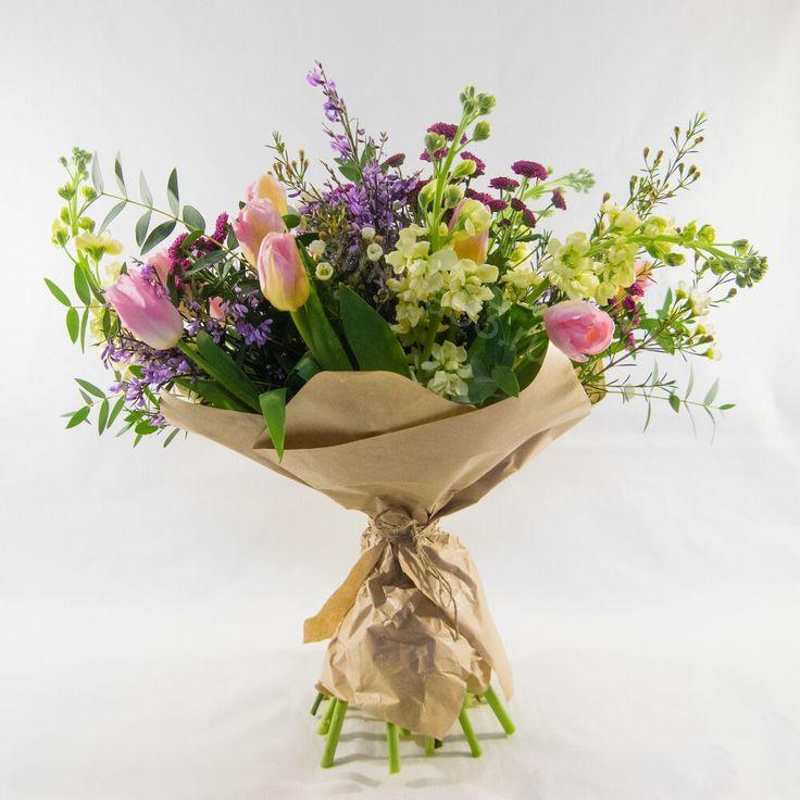 Весенний букет из тюльпанов, маттиолы, ваксфловера, хризантемы «Сантини», генисты, эвкалипта