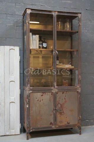 Apothekerskast 10045 (roest) - Apothekerskast met roest look, met glas aan drie zijdes.Deze ijzeren kast heeft een industriële, eigentijdse uitstraling.De kastheeftvier houten legplanken (één achter de dichte deuren).