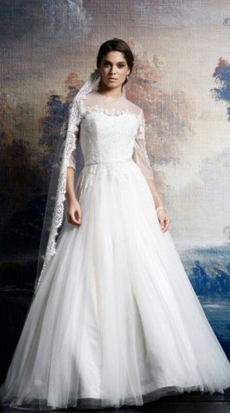 Spitzen Brautkleid mit langem Schleier im Vintage Stil für die Hochzeit. Auf http://www.gofeminin.de/hochzeitskleidung/brautschleier-s1522413.html