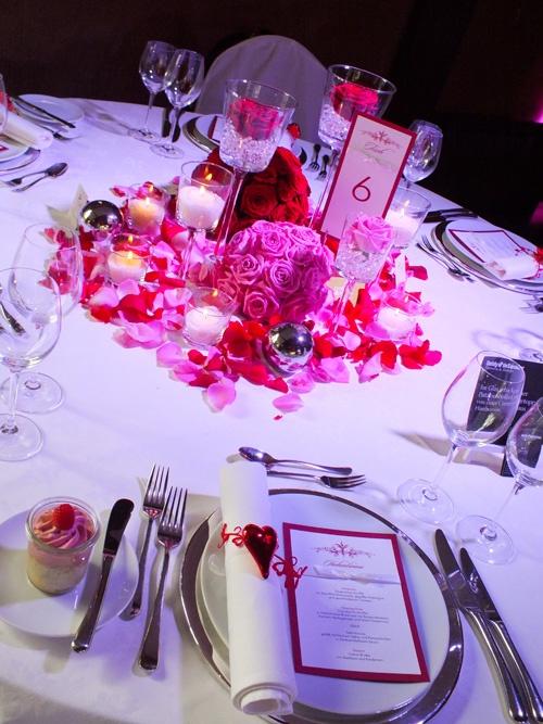 Menükarte: Tischpapeterie mit Tischnummer und Menükarte, Rot / Rouge auf weißem Papier, mit kleiner Satinschleife