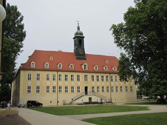 Elsterschloss Elsterwerda 2012  Die Schlossanlage wurde im 17. Jahrhundert anstelle einer vermutlich im 13. Jahrhundert erbauten Burg errichtet. Um 1708 erwarb Freiherr von Loewendahl, königlicher Oberhofmarschall, den Besitz. Er ließ große Teile der Burganlage abreißen, und es entstand eine Dreiflügelanlage. Dieses Bauvorhaben trieb von Loewendahl in den Ruin. Er musste 1727 den Besitz an König August den Starken verkaufen. Der neue Bauherr begann dann mit dem Umbau nach Plänen seines…