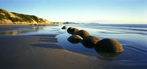 South Island - The Moeraki Boulders are unusually large and spherical boulders lying along a stretch of Koekohe Beach on the Otago coast between Moeraki and Hampden.