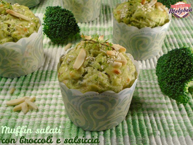 muffin salati con broccoli e salsiccia sono perfetti da servire ad un buffet di antipasti. Belli e saporiti, sono facili da realizzare e comodi da servire