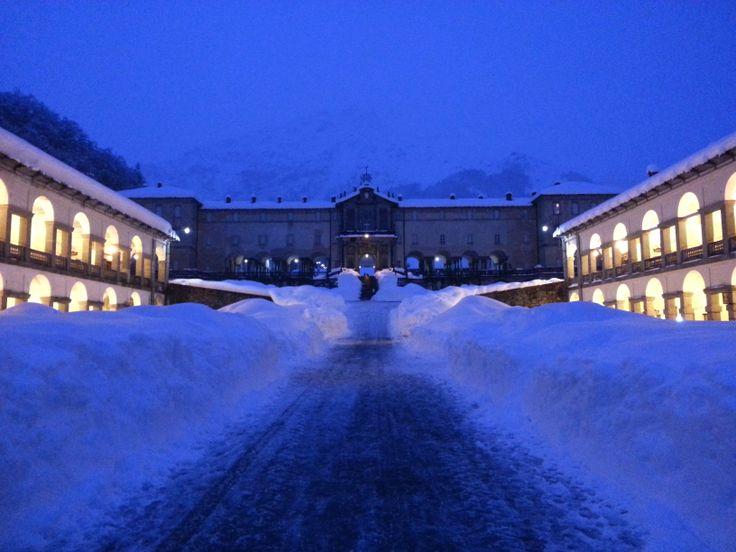 Santuario di Oropa: primo piazzale innevato, foto notturna. #chiesa #church #neve #snow #piemonte #biella #italia