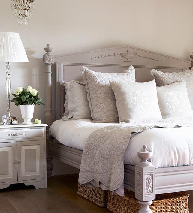 LUCES CÁLIDAS  En el dormitorio, la luz debe ser difusa para crear una atmósfera cálida y serena. Por eso conviene utilizar lámparas con pantalla de tela que tamicen la luz. Dormitorio acogedor | Ventas en Westwing