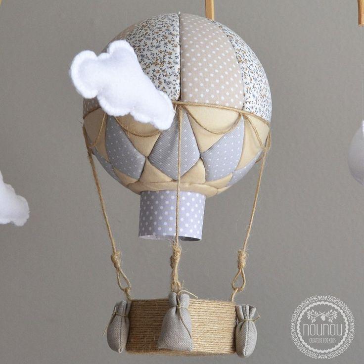 Entrañable móvil en forma de globo aerostático que llevarán a mil y un lugares en los sueños de tu bebé.
