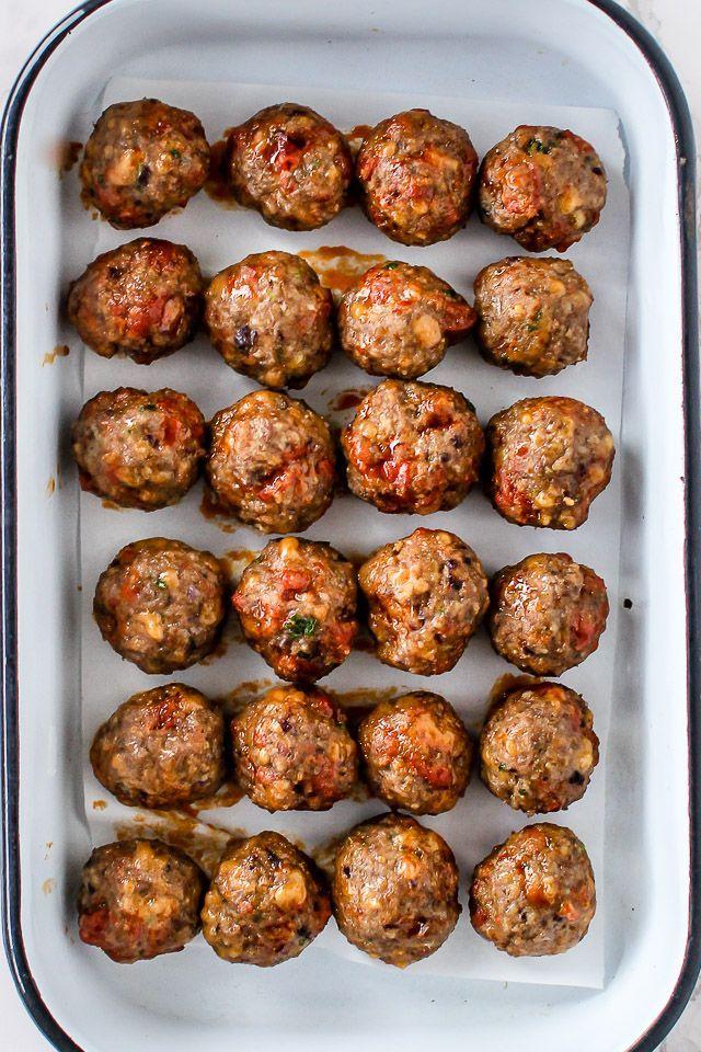Lækre krydrede meatballs med oksekød, chorizo og ost. Smager skønt til spaghetti, i pitabrød, i suppe eller som en snack. Få opskriften på kødboller her >>