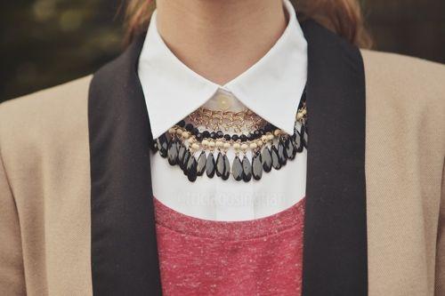 Tip na nošení širokých náhrdelníků. Pod límeček košile nebo roláku s nimi!