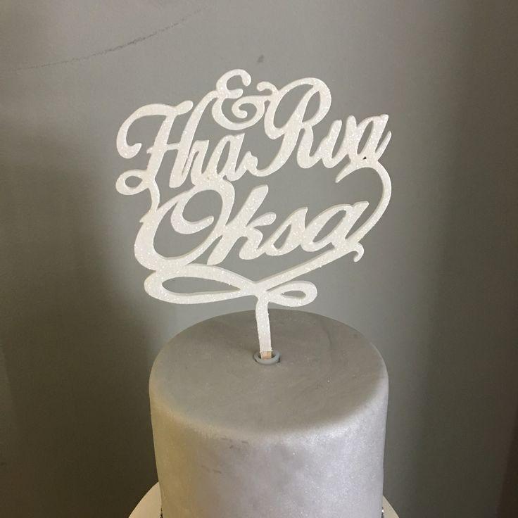 Hra & Rva + sukunimi kakkukoriste | Uniikit puiset käsityönä tehdyt kyltit & koristeet kotiin, juhlaan ja lahjaksi