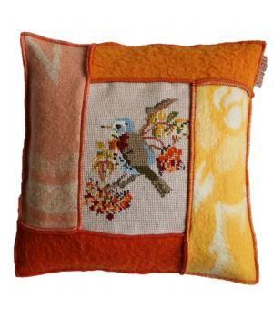 uniek kussen bekleed met retro wollen dekens en borduurwerk met de afbeelding van een vogel. De afmeting is 40-40 cm, de prijs is inclusief binnenkussen.