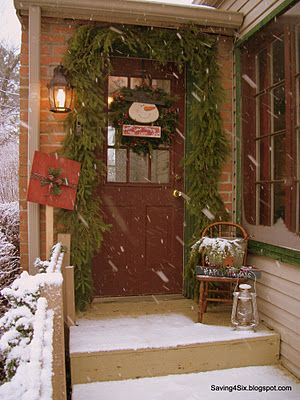 Adorable front door Christmas decor....Christmas Porches Ideas, The Doors, Outdoor Porch, Halloween Costumes Ideas, Christmas Decor Ideas, Christmas Porch Ideas, Front Doors, Country Christmas, Front Porches