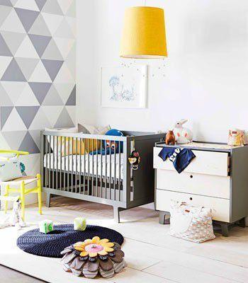 Chambre d'enfants grise et jaune - oui aux triangles au mur !