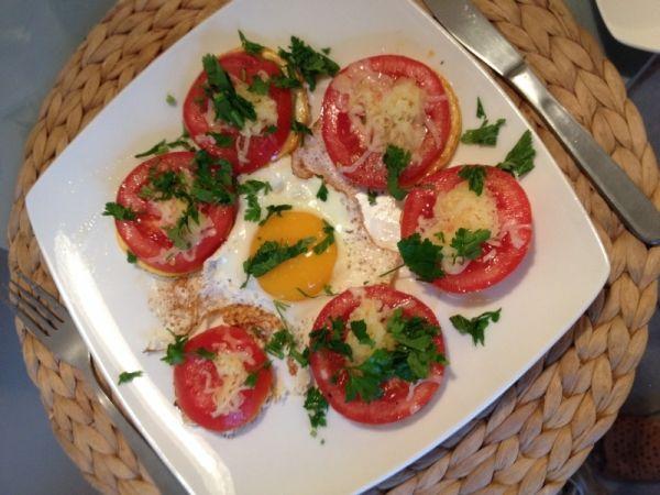 Kanapka cukiniowa - Jajo sadzone w towarzystwie zapiekanych pomidorów..pychotka.
