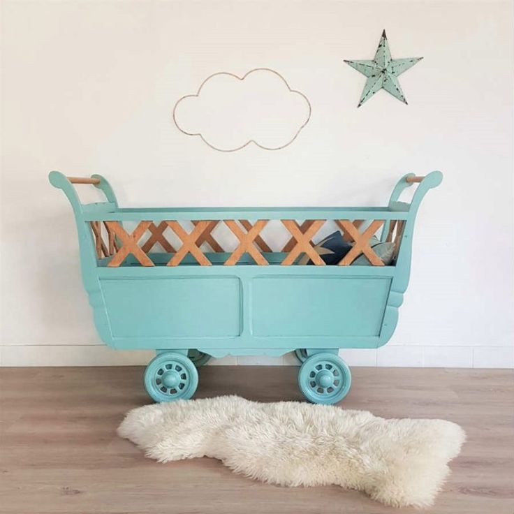lit bébé roulotte bois bleu, vintage rénové, berceau rétro, bleu, roulettes, étoile métal