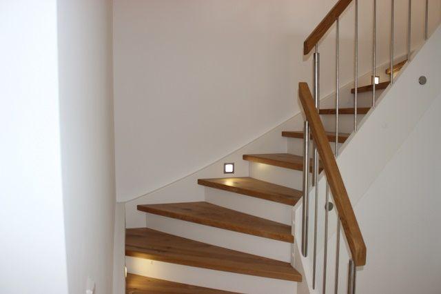 Treppenhausgestaltung Neubau glatte Malervliestapeten inklusive Untergrundbehandlung und zweimaligem Anstrich in weiß