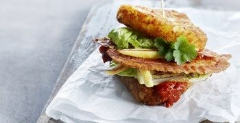 Sandwich met #Rösti driehoekjes, hartige jam van tomaat en kaneel, gebakken pastinaak en lekker krokant spek. Voor het hele #aardappelrecept kijk op onze website #Aviko #inspiratie