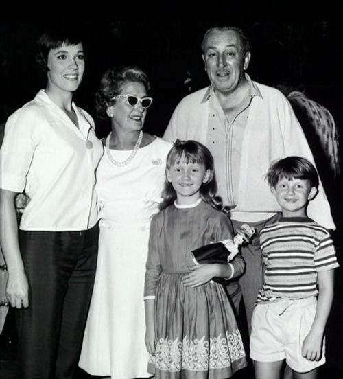 Julie-Andrews-pictured-with-Walt-Disney-as-well-as-the-two-children-from-Mary-Poppins