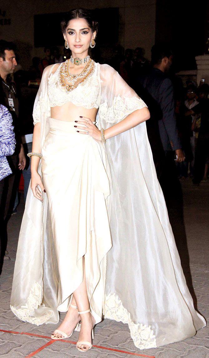 Sonam Kapoor at the 60th Filmfare Awards 2014. #Bollywood #Fashion #Style #Beauty