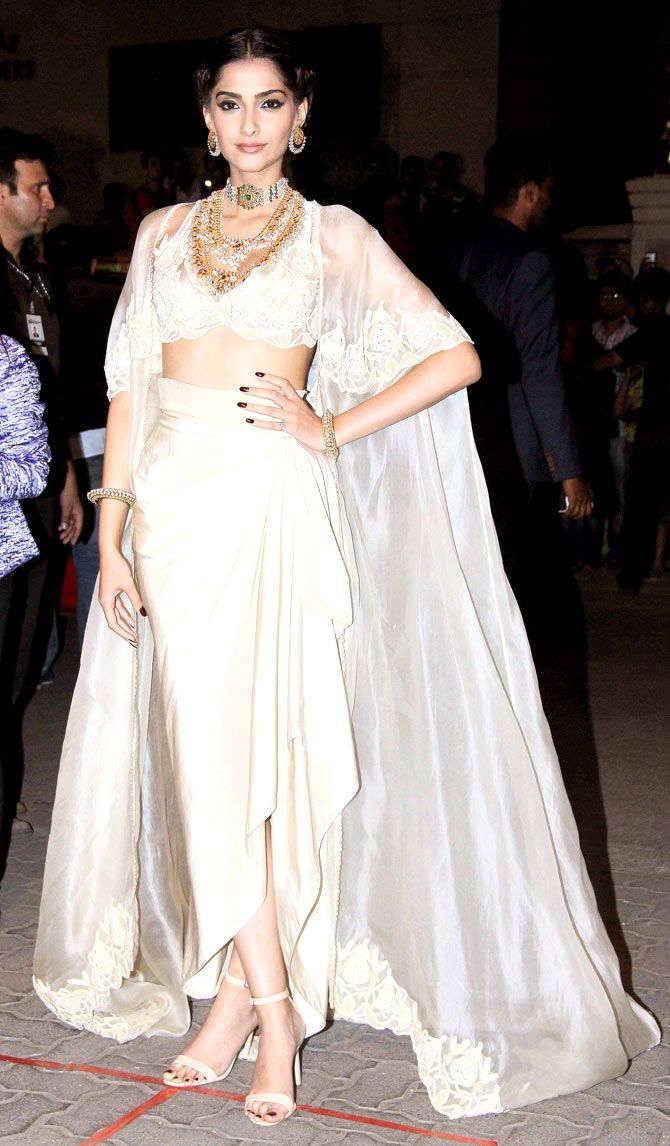 Sonam Kapoor at the 60th Filmfare Awards 2014. #Bollywood #Fashion #Style #Beauty
