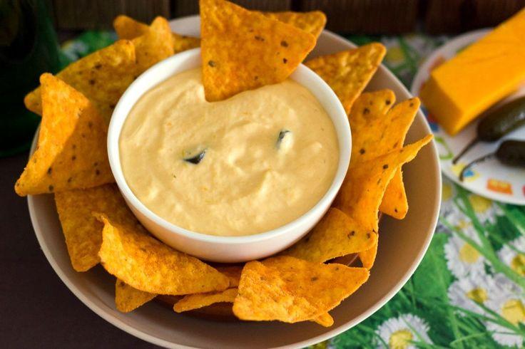 Receta facilísima con explicación detallada y fotografías de todos los pasos a seguir para preparar una salsa de queso picante para nachos.