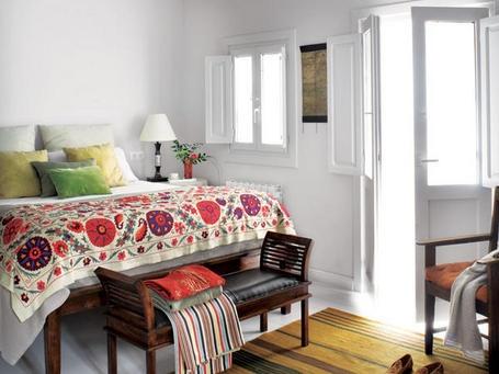 En contraste con los revestimientos blancos, la colcha bordada luce un bonito colorido, de Berberia. Los cojines son de Gastón y Daniela. La banqueta a pie de cama, de Molucas...
