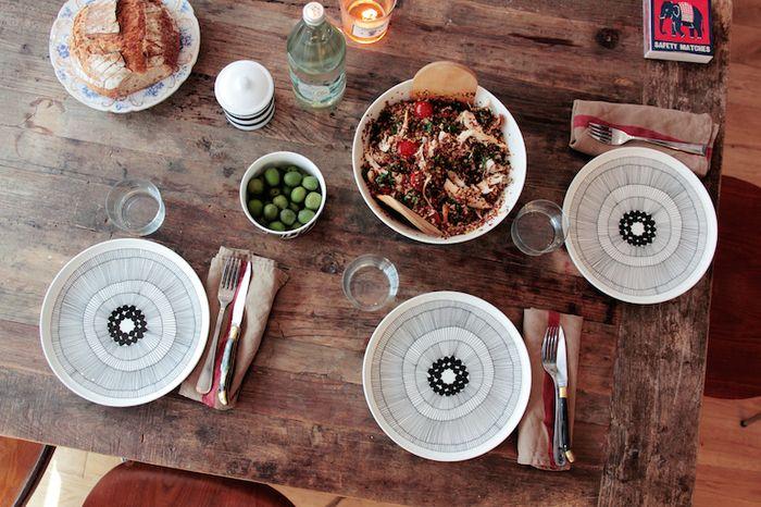 プレートは取り皿にも。ビンテージ調のテーブルに、大きな花のような「シィールトラプータルハ」のプレートが映えます。