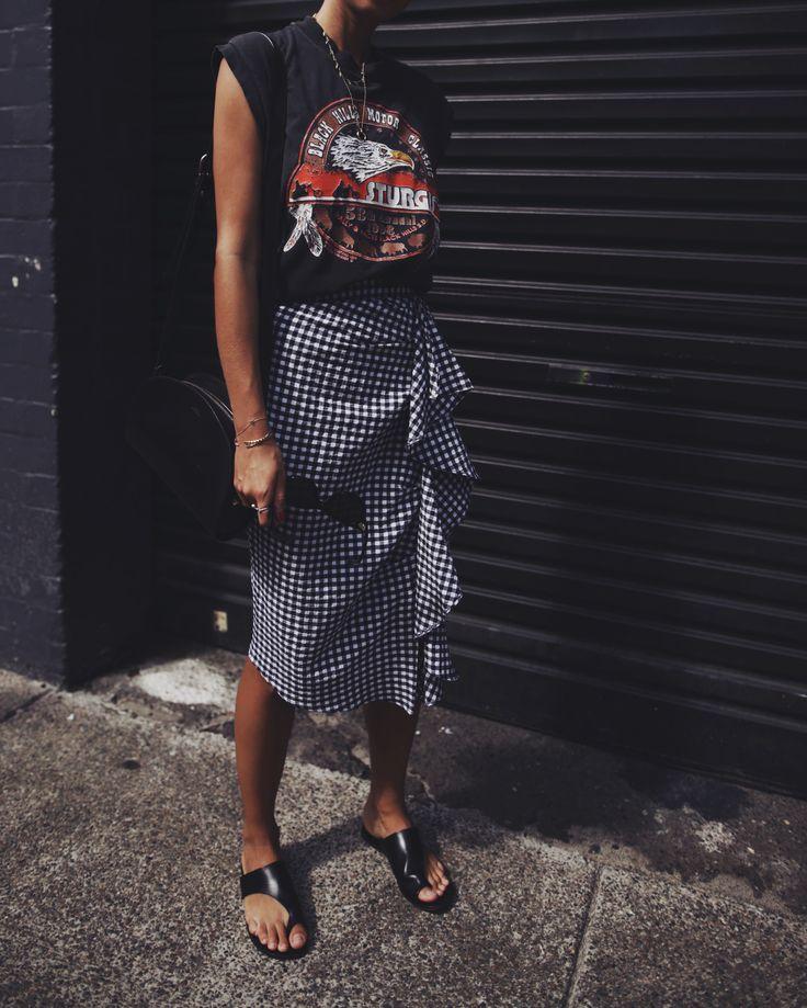 Una estupenda mezcla en este look que casa a la perfección ❇❇❇ La falda Maxi de para de gallo con volante es genial y combinada con camiseta con mensaje a tono resulta un outfi estupendo♥♥♥