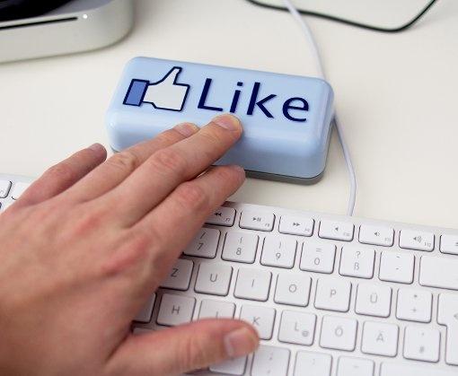 """Facebook verändert die Welt. Wir haben exorbitant große Freundeskreise, erfahren Dinge, die wir nicht wissen wollen und das Beste – wir brauchen keine großen Worte mehr, um Zustimmung und Anerkennung auszudrücken. Es genügt der """"Gefällt mir""""-Button. So mancher Facebook-Nutzer hat die """"Like""""-Schaltfläche auch schon im  realen Leben vermisst, um zum Beispiel das Outfit der Freundin zu loben, dem Wortbeitrag eines Gesprächspartners zuzustimmen oder das Essen im Restaurant wertzuschätzen."""