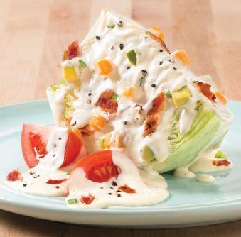 Salade ranch classique sur quartier de laitue