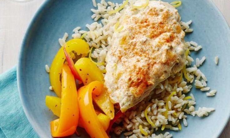 Cette recette se prépare en un clin d'œil. Le poulet maigre est enrobé de citron délicieux et de mélange de yogourt grec, ce qui donne un plat cuit au four savoureux et juteux.