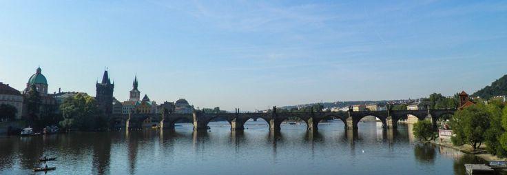 In den Morgenstunden tummeln sich noch wenige Menschen auf der Karlsbrücke.  #städtereise #prague #prag