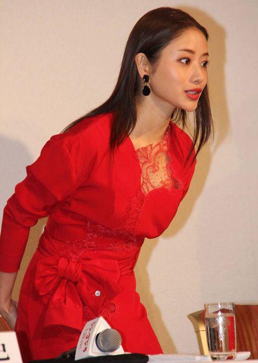 今週のファッションチェック:石原さとみが胸元レースの真っ赤なワンピ 小池栄子が美脚見せ 天海祐希、秋元梢も 前編 - 写真詳細 -…