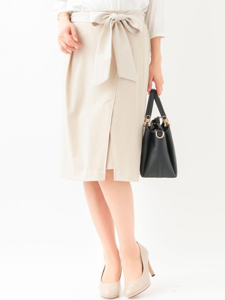 タイトでスマートなシルエットが女性らしい雰囲気のスカート。フロント部分に深く入ったスリットタックにより歩きやすくストレッチもきいていて履き心地抜群です。付属のリボンベルトを付けると華やかさを出しフロントインスタイルに最適です。ベーシックカラーで着回しやすいアイテムです。(裏地付き)model:H167 B80 W58 H87 着用サイズ:38