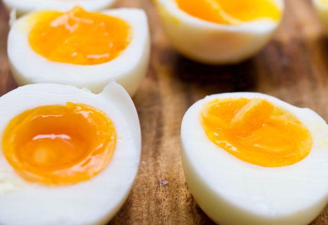 Yumurta ne kadar süre pişirilmeli? Yumurta toplam 10 dakika ocakta kalmalı ve kaynamaya başladıktan sonra ocağın altı kısılmalıdır. Böylece tam pişmiş yumurta elde edilir. Bu yumurta, besin değeri en yüksek yumurtadır