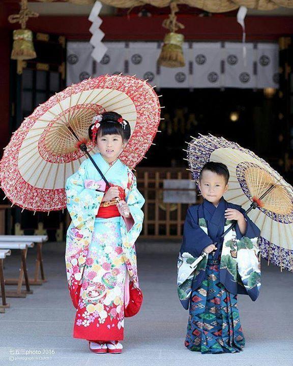 Enfants en kimonos : rose à motif de fleur et de temari pour la fillette et bleu à motif géométrique et de pin pour le garçonnet,    Tsuyoshimatsuura, Japan