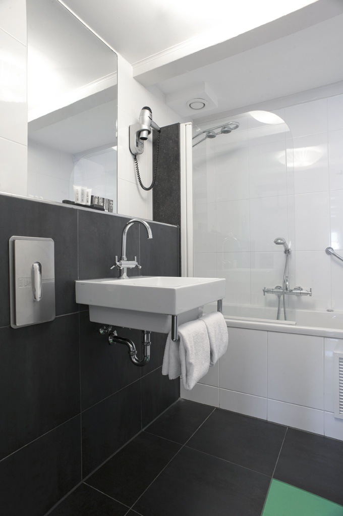 Hästens Junior Suite bathroom with jacuzzi and rain shower at Inntel Hotels Amsterdam Centre