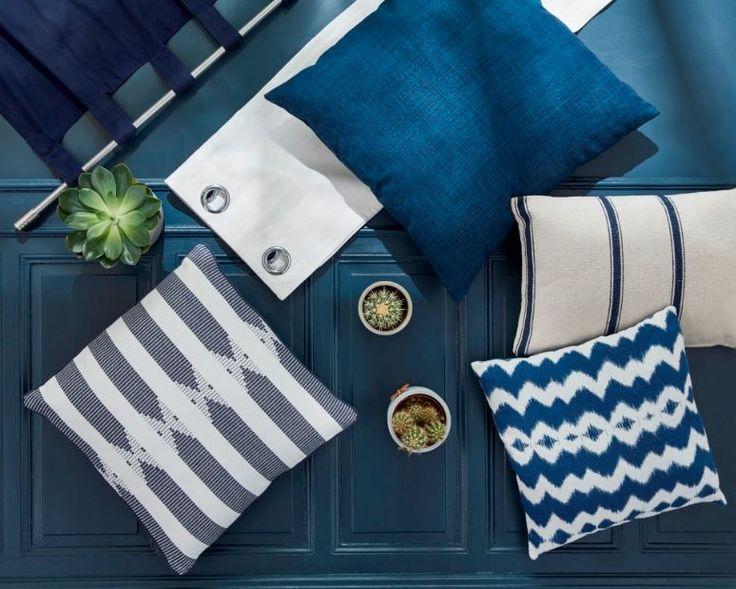 Retour sur la tendance Bleu Indigo.Pour une déco apaisante on mixe voilage et rideaux en bleu et blanc, avec des coussins aux imprimés tie & die, rayés, ou motif de tissage, dans les même tonalités de bleus denses et de blanc.