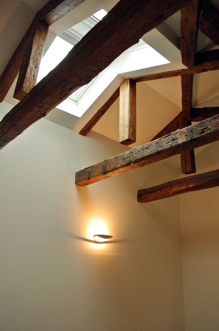 Dettaglio del soffitto con travi e lucernario #architettura #interni