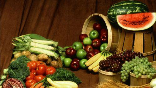 Come frutas y vegetales con un alto contenido en fibra e incluye una dieta nutritiva y purificante a la vez.