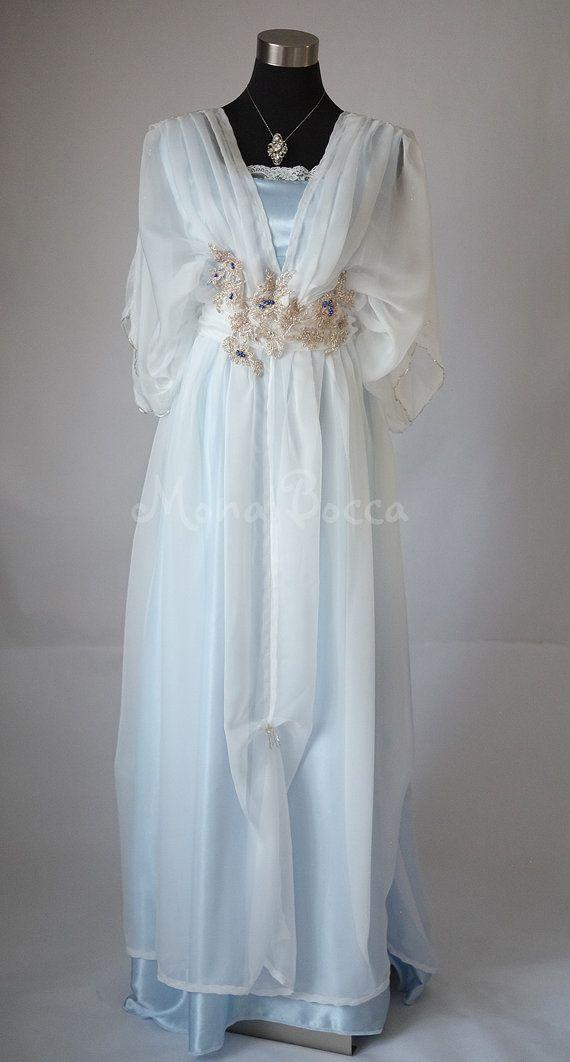 Periode kostuums, Edwardian jurken, Victoriaanse jurken, vintage schoenen, vintage sieraden - ik altijd vond het geweldig. Ik denk dat ik zou worden geboren in een ander tijdperk. En de periode films - ik aanbid periode mode. En natuurlijk ik verliefd zijn gevallen met de Edwardian jurken in Downton Abbey. Ze hebben mij kijken voor andere mooie outfits uit die tijd om te krijgen wat inspiratie voor mijn nieuwe lijn van periode jurken. Deze prachtige jurk is gemaakt van ivoor schaduw fijne…