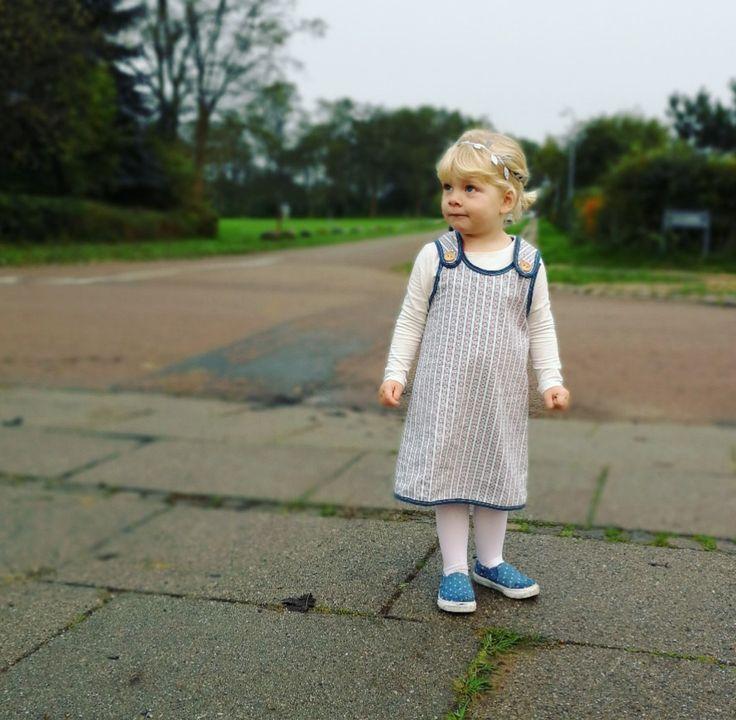"""""""Ida"""" Forklædekjole i tynd bomuld. Kam bruges som kjole, forklæde, og tunika, efterhånden som de små skyder i vejret. Vælg mellem pink eller petrolblå bånd. Begrænset antal #løvenhardtcopenhagen #lovenhardt #Ida #minimodel #kjoler #klänning #dresses #børnetøj #kidswear #barnkläder #danskdesign #egetdesign #handmade"""