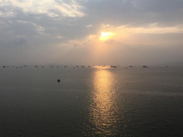 Bombay (Mumbai)   2015. 04. 10.   Megkaptuk a szokásos újságunkat, melyben külön felhívták a figyelmet, hogy komoly útlevél ellenőrzésre számíthatunk. Nekünk is előre vízumot kellett kérni, az eddigi vízumkérelmeinkhez képest ehhez kellett a legtöbb adatot megadni..   Már a hajóra való regisztráláskor beszedték az...