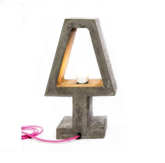 Elektrische Lampe handgefertigt in Zement. Abmessungen: Höhe 45 cm. Länge 26 cm. Tiefe 15 cm. Gewicht 12 kg. Rosa Cord, Sockel E27 Lampe Hohe Qualität Made in Italien-Produkt. Auf der Suche nach einer anderen Farbe oder Größe? Wir erstellen Artikel mit Farben und Größen auf