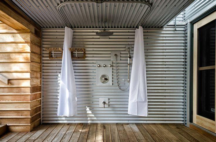 Летний душ для дачи: 65 идей освежающего оазиса среди палящего зноя (фото) http://happymodern.ru/letnij-dush-dlya-dachi-65-foto-priyatnyj-oazis-sredi-palyashhego-znoya/ Невероятно стильный вариант, опровергающий мнение, что профнастил всегда выглядит дешево: терраса, где душевая зона обозначена стенкой и навесом из некрашенного профнастила