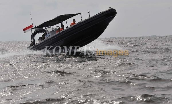 Personel Badan SAR Nasional (Basarnas) dengan menggunakan kendaraan khusus sea rider melakukan patroli laut meyusuri kawasan Teluk Jakarta, Senin (21/1/2013). Patroli dilakukan untuk memantau sekaligus memperingatkan nelayan tradisional agar waspada karena gelombang laut mencapai 2-3 meter yang berbahaya bagi perahu dan kapal kecil.